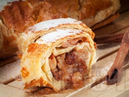 Коледен ябълков щрудел от многолистно бутер тесто със стафиди, орехи, галета, ябълки и канела - снимка на рецептата